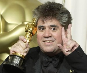 "Writer Pedro Almodovar holds up his Oscar after the 75th annual Academy Awards at the Kodak Theatre in Hollywood, California, March 23, 2003.  Almodovar won the Academy Award for best original screenplay for his work on the film ""Talk To Her."" REUTERS/Lucy Nicholson"